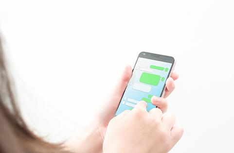 スマートフォンを触っている人の写真